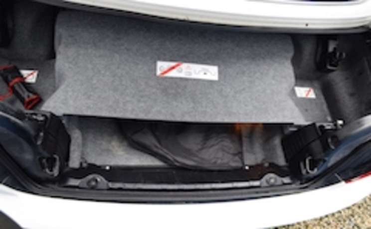 Wind deflector in trunk